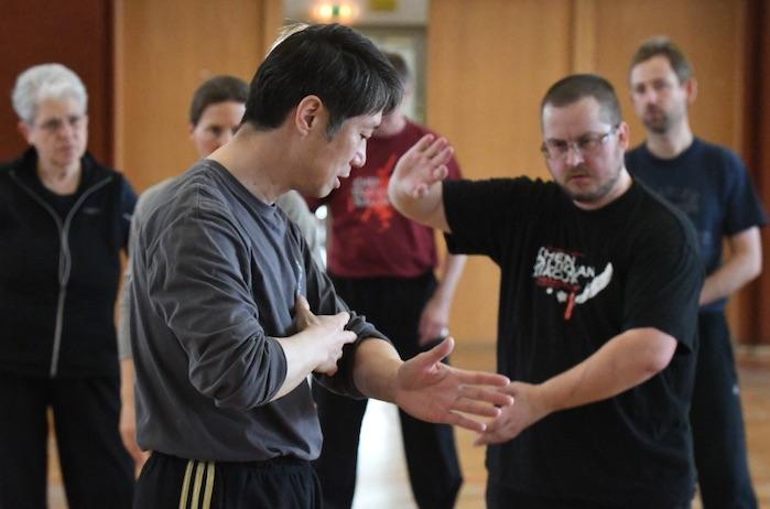 Bild Chen Peishan zeigt wie sich die Verbindung im Körper bis in die Arme aufbaut